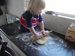 Lekker koekjes bakken. Die heerlijk kunnen op eten bij het drinken. En die we in een zakje mee krijgen zodat ook papa en mama of andere gezinsleden er van kunnen genieten.